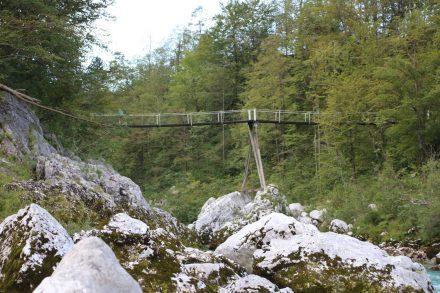 Brücke hoch über der Soca.