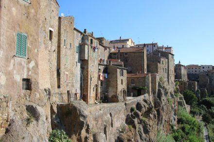 Kaum zu glauben, dass diese Häuser seit 3500 Jahren auf dem Tuffstein thronen.