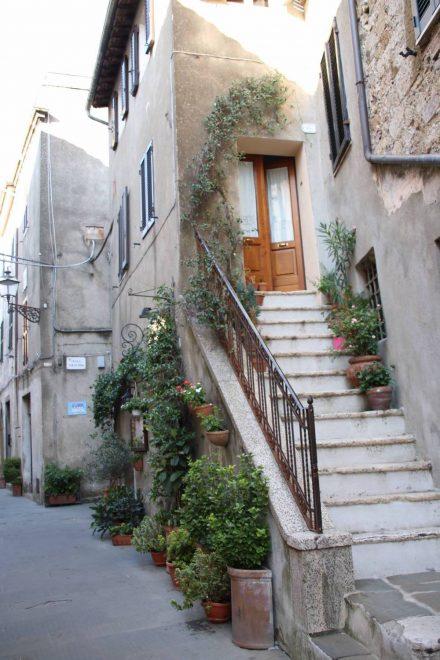 Viel Grün schmückt die Häuser in der Altstadt von Pitigliano.