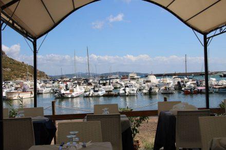 Mit Blick auf den Hafen kann man in Porto Ercole frischen Fisch verspeisen.