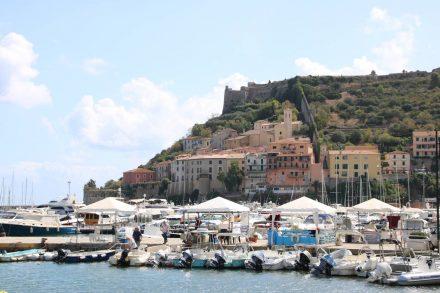 Über dem Hafen liegt die Altstadt unter der Festung Rocca Spagnola.