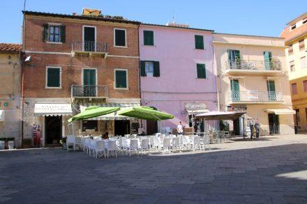 Die bunten Häuser am Hauptplatz von Orbetello.