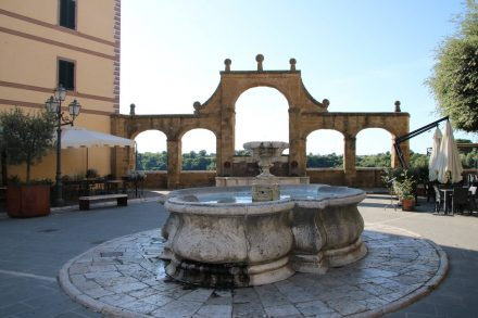 Der Hauptplatz mit Brunnen in Pitigliano.