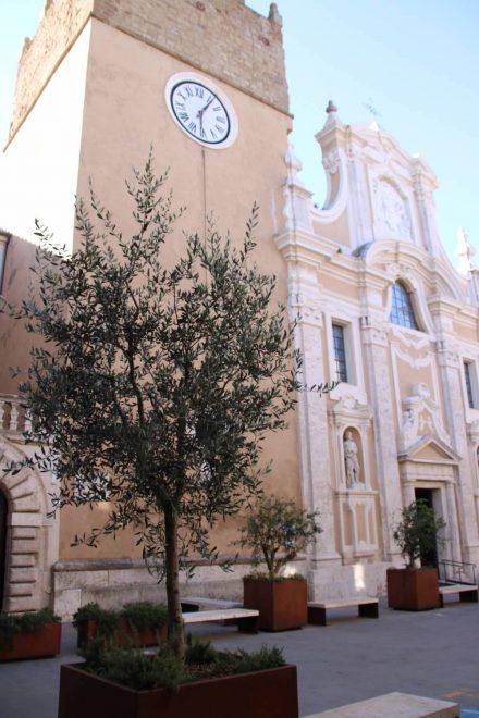Die Kathedrale St. Peter und Paul in der Altstadt von Pitigliano.