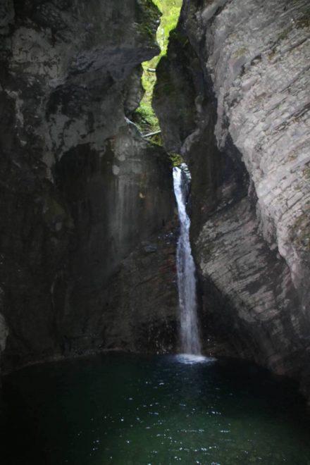 Am Ende einer kleinen Schlucht fällt der Kozjak Wasserfall rund 15 Meter in die Tiefe.