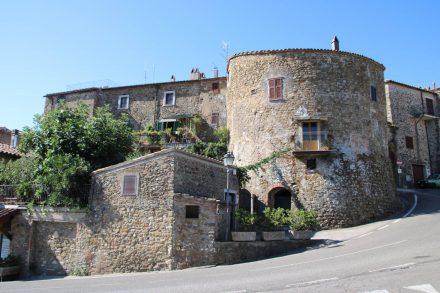 Ein Stadtturm am Ortskern von Manciano.