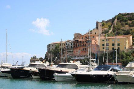 Schnittige Boote im Hafen von Porto Ercole.