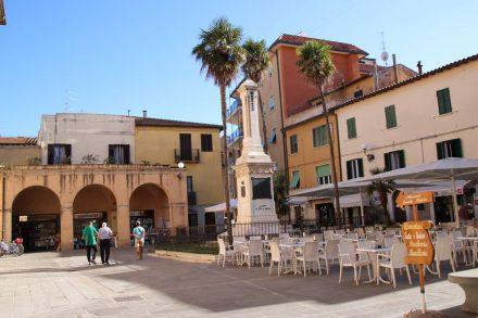 Einer der hübschen Plätze in der Fußgängerzone von Orbetello.