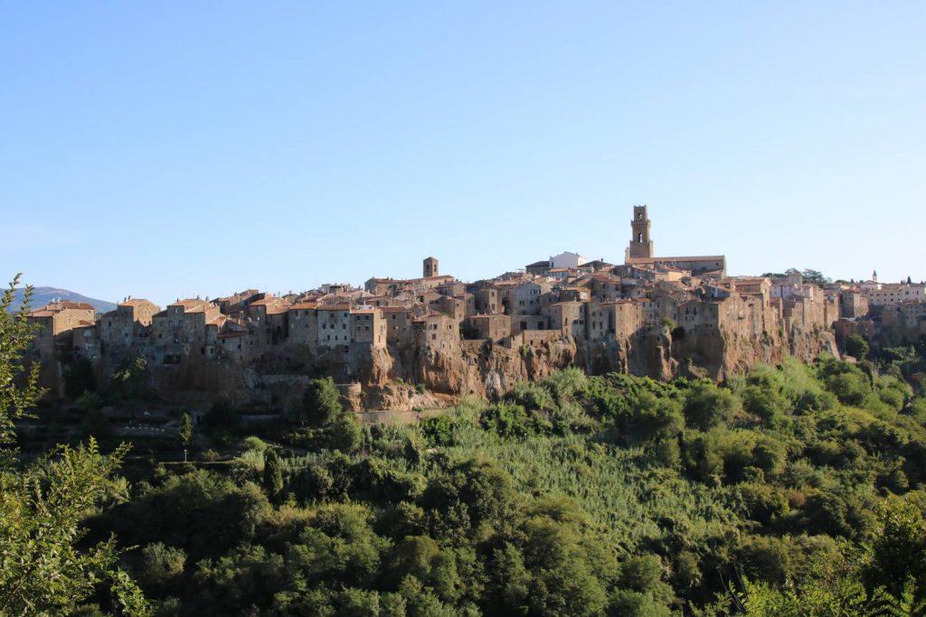 Auf Tuffsteinfelsen sitzt der Ort Pitigliano in der Toskana.