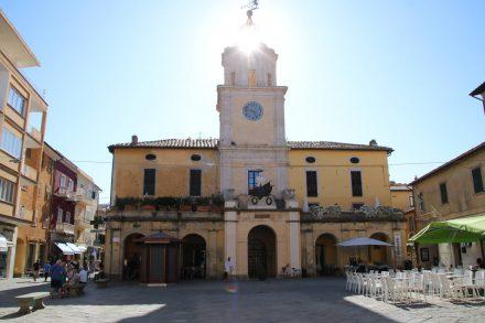 Das Rathaus von Orbetello am Hauptplatz der kleinen Stadt.