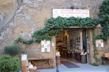 Wein, Oliven und Olivenöl gibt es in der ländlichen Toskana fast überall