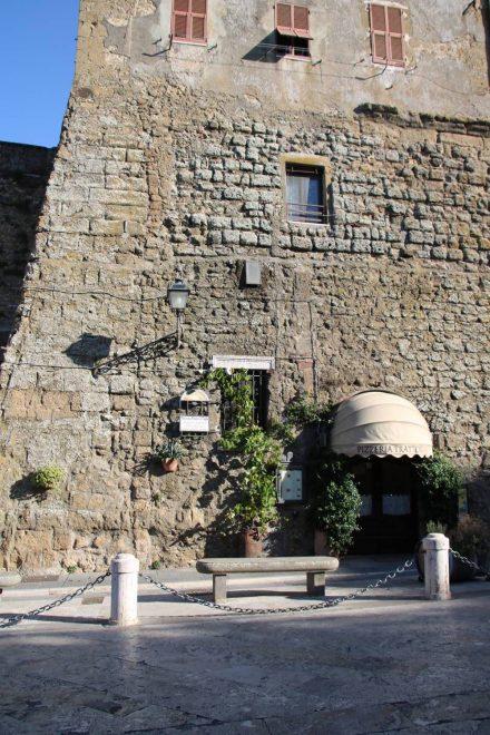 Die wunderschönen alten, Natursteinhäuser von Pitigliano beherbergen auch nette Restaurants.