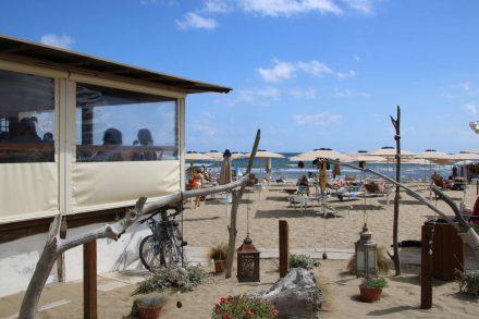 Liege, Strandschirm und gleich daneben ein köstliches Fischrestaurant.