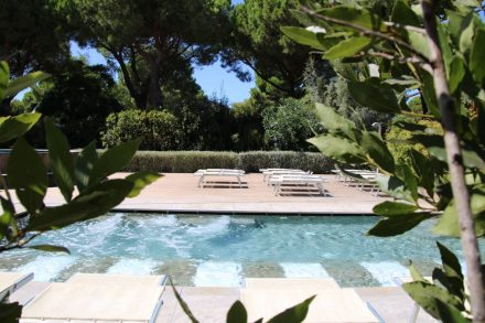 Die schön gestaltete Pool-Anlage vom Camping Orbetello mit Whirlpool.
