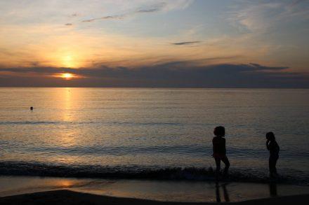 Abendlicher Badespaß im lauen Mittelmeer.