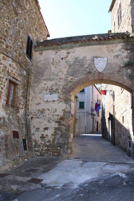 Durch das alte Stadttor betritt man die engen Gassen von Manciano.