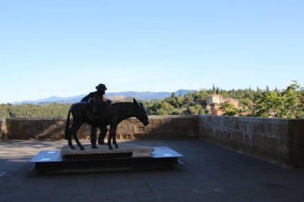 Statue mit Blick auf die toskanischen Hügel in Pitigliano.