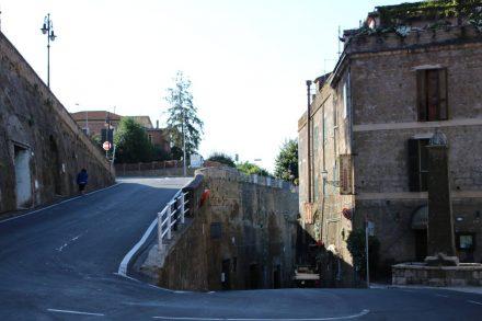 Die Zufahrt nach Pitigliano ist steil und eng.
