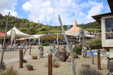Die Bucht von Feniglia mit Strand und schöner Gastronomie.