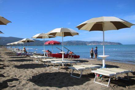 Das Strandbad vom Camping Orbetello mit Blick auf den Monte Argentario.