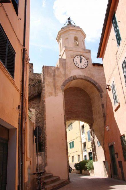 Das Stadttor mit Uhrenturm zur Altstadt von Porto Ercole.