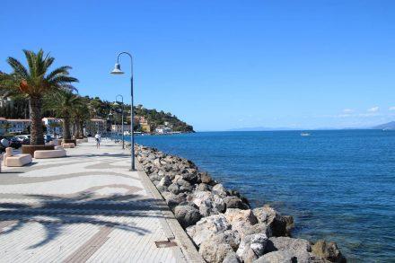 Die Palmen-gesäumte Uferpromenade in Porto San Stefano.