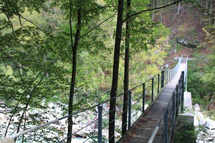 Eine der zahlreichen Hängebrücken über die Soca.