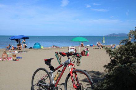 Ein Sprung ins Meer am Strand vom Camping Orbetello nach der Bike-Tour.