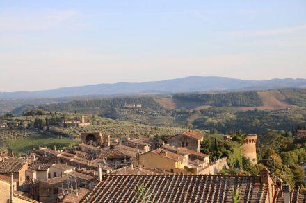 Vom höchsten Punkt in San Gimignano schweift der Blick weit über die toskanische Landschaft.