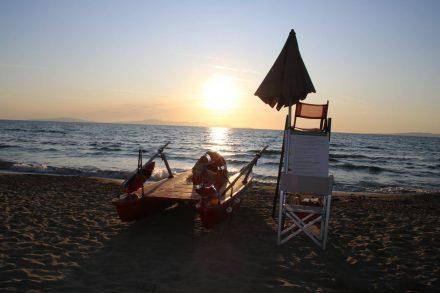 Wenn die Sonne über dem Meer versinkt lohnt sich ein romantischer Strandspaziergang.