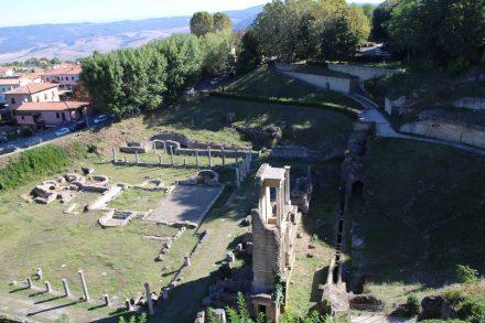 Hinter dem Teatro Romano erkennt man die Ruinen einer römischen Badeanlage.