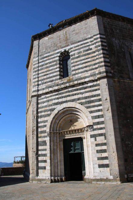 Das achteckige Baptisterium in Volterra.