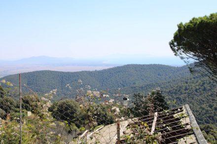 Von Tirli kann man an einem klaren Tag bis zum Meer sehen.
