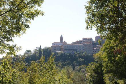 Ein Blick zurück auf das idyllische Bergdorf Pari, das es mir echt angetan hat.