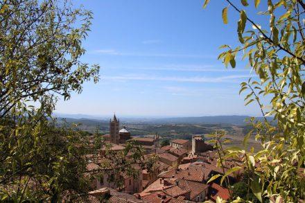 Vom höchsten Punkt der Festungsmauer hat man einen grandiosen Blick über Massa Marittima und die Hügel der Toskana.