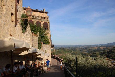 An der unteren Stadtmauer von San Gimignano kann man den Blick in die toskanische Landschaft schweifen lassen.