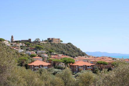Auf dem Weg zum Camping Baia Verde lohnt sich ein Blick zurück auf Castiglione della pescaia.