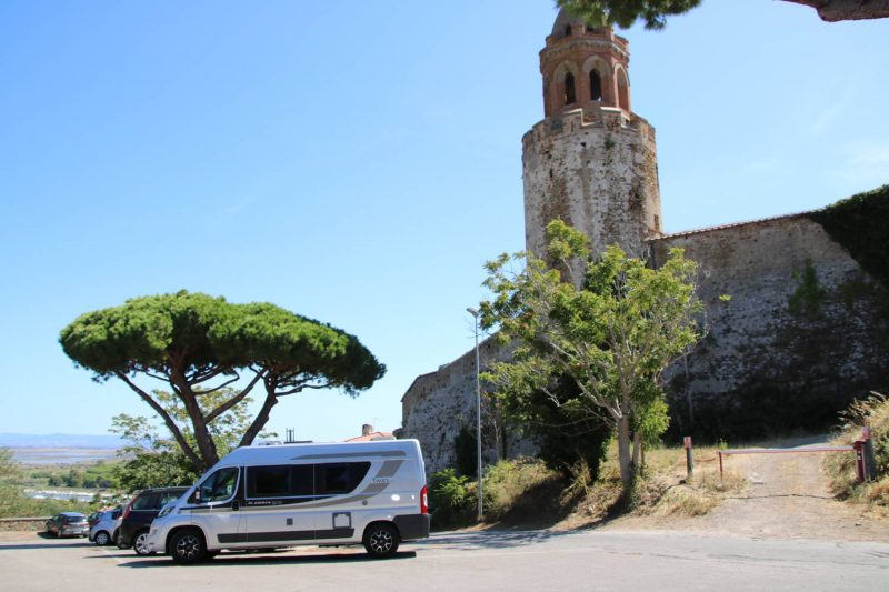 Malerisch steht der Adria Twin am Kampanile von Castiglione della pescaia.