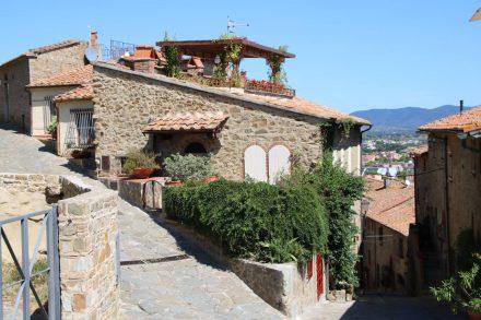 Steil am Hang sind die alten Steinhäuser von Castiglione della pescaia liebevoll restauriert