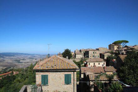 Wunderschöne Aussichten in die toskanische Landschaft von den Dächern Volterras.
