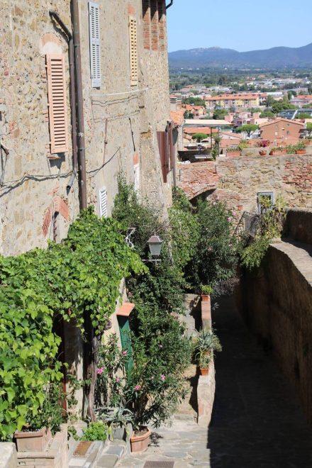 Die alten Steinhäuser im historischen Kern von Castiglione della pescaia liegen in schmalen Gassen.