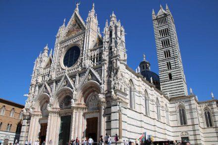 Der wunderschöne Dom von Siena mit seiner Fassade aus schwarzem und weißem Marmor.