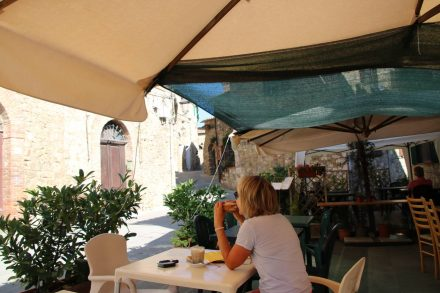 Hier kann man einen Latte Macchiato und ein köstliches, knuspriges Prosciutto Crudo Brot genießen.