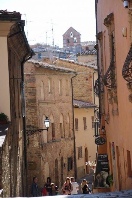 Steil geht es in der Altstadt hinauf zum Piazza dei priori.