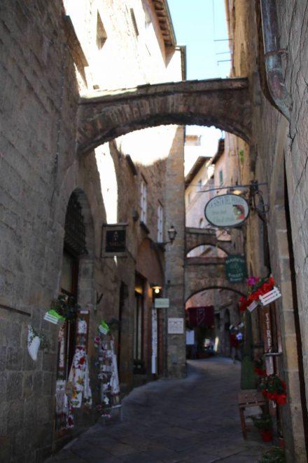Zahllose kleine Gassen schlängeln sich durch die Altstadt von Volterra.