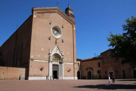Vor der schönen Kirche San Francesco liegt ein großer, freier Platz.