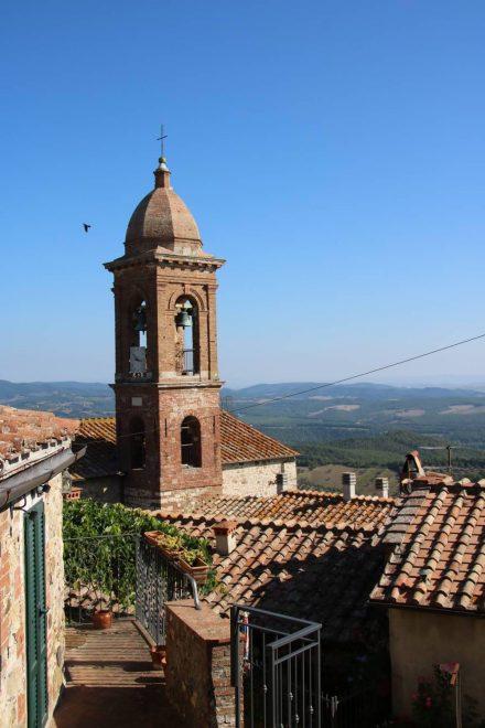 Vom Kirchturm blickt man über die Dächer von Pari in die Toskana.