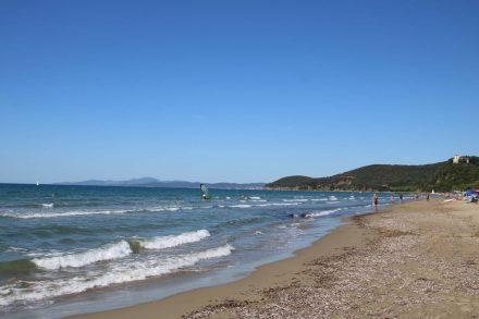 Der breite, feine Sandstrand zieht sich von Punta Ala bis zur berühmten Bucht Cala Violina.