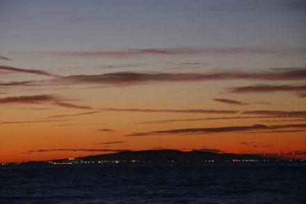 Bei einem Strandspaziergang am Camping Baia Verde kann man abends die Lichter von Elba sehen.
