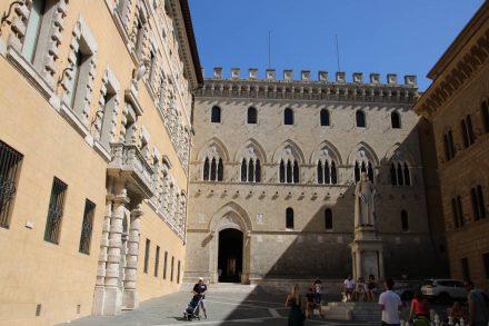 In den berühmten Palästen rund um die Piazza Salimbeni sind noch heute die großen Bankhäuser untergebracht.